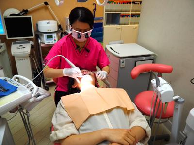 歯科衛生士も拡大鏡を使用
